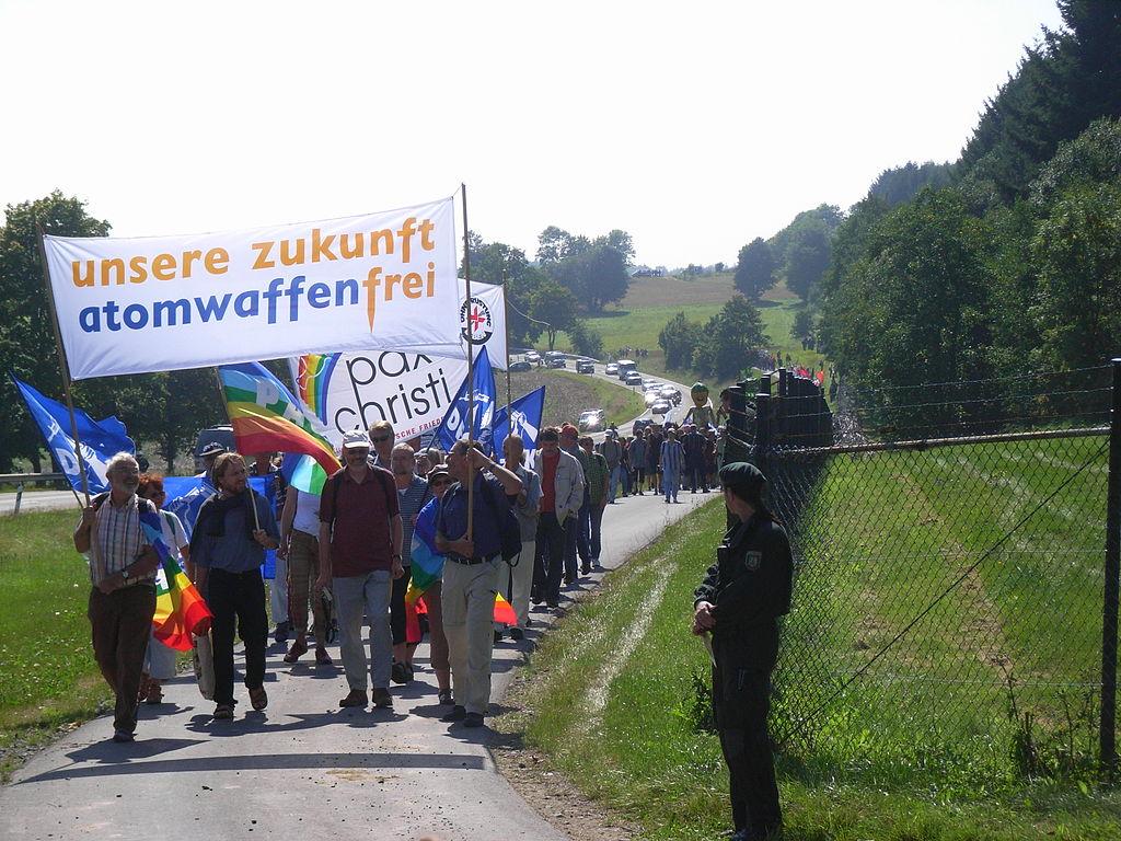Unsere_Zukunft_Atomwaffenfrei_-_Demo_Büchel_2008-2