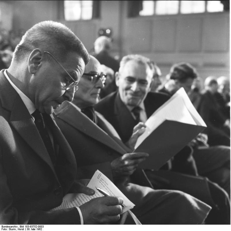 Zentralbild/Sturm 31.5.1962 Deutsche Akademie der Künste erklärt sich zur Sozialistischen Akademie - Dr. h.c. Willi Bredel neuer Präsident Die Deutsche Akademie der Künste zu Berlin erklärte sich am 30.5.1962 in einer ordentlichen Plenartagung zur Sozialistischen Akademie. Die Mitglieder wählten den neuen Präsidenten und die Vizepräsidenten der Akademie und bestätigten die ständigen Sekretäre der Sektionen. Zum Präsidenten wurde einstimmig Dr. h.c. Willi Bredel gewählt. Vizepräsidenten sind Prof. Dr. Walter Felsenstein, Prof. Ottmar Gerster, Prof. Wolfgang Langhoff und Prof. Otto Nagel. Die Mitglieder der Akademie nahmen einstimmig ein neues Statut an. Es löst das in der Zeit des antifaschistischen demokratischen Aufbaus entstandene und 1945 von der Regierung der DDR bestätigte Statut ab und legt die Aufgaben einer Sozialistischen Akademie fest. UBz. Während der Plenartagung. V.l.n.r.: Prof. Wolfgang Langhoff, Prof. Erich Engel, Prof. Wolfgang Heinz. 93752/3N