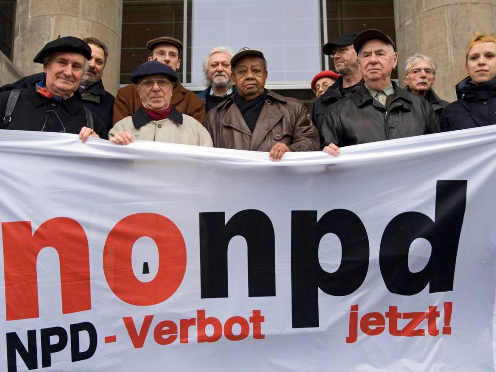 Berlin, 12.12.2007: Übergabe von 175445 Unterschriften für das Verbot der NPD an den Bundestag