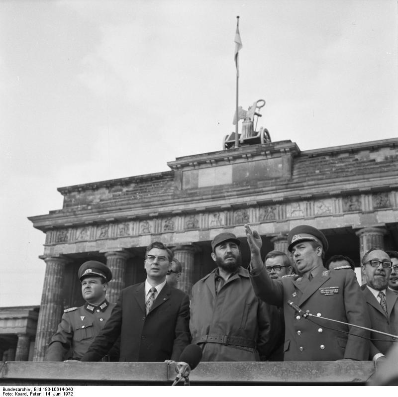 Berlin: Castro / Die Partei- und Regierungsdelegationen unter Leitung des Ersten Sekretärs der KPK und Ministerpräsidenten der Revolutionären Regierung der Republik Kuba, Fidel Castro(M), besichtigte am 14.6.1972 die Staatsgrenze der DDR zu Westberlin. Die Delegation, von Werner Lamberz, Mitglied des Politbüros und Sekretär des ZK der SED (2.v.l.), und anderen Persönlichkeiten, begleitet, wurde von Generalleutnant Arthur Kunath, Satdtkommandant von Berlin (2.v.r.), informiert. Rechts: Carlos Rafael Rodriguez, Mitglied des Sekretariats des ZK der KPK und Minister der Revolutionären Regierung.